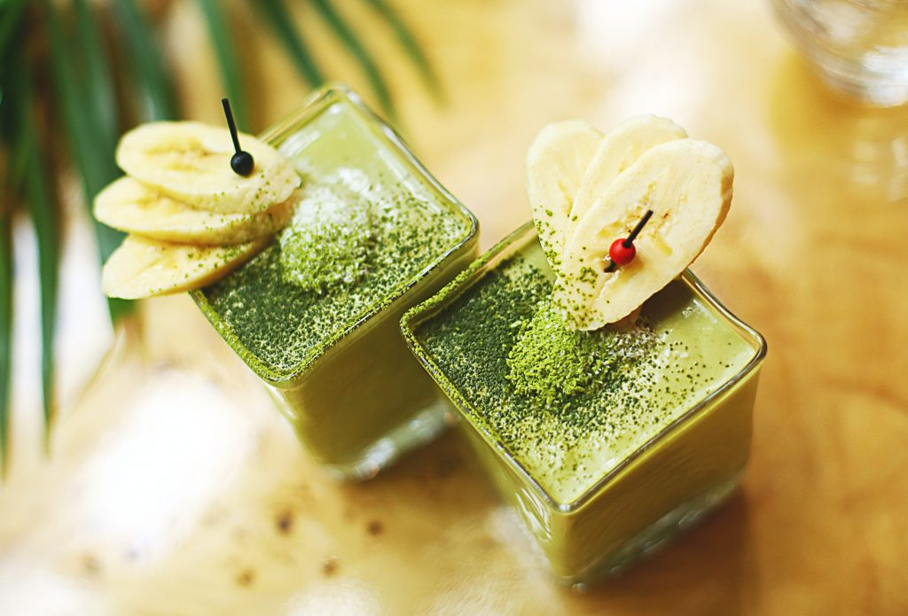 banana green smoothie healthy drink maca powder